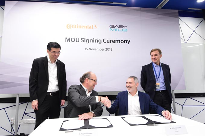 With the signing of the MoU, Continental and EasyMile aim to prepare driving tests of autonomous vehicles on public roads in Singapore. F. l. t. r.: Kien Foh Lo, Ralph Lauxmann (Continental), Gilbert Gagnaire, Eric Wicart (EasyMile)