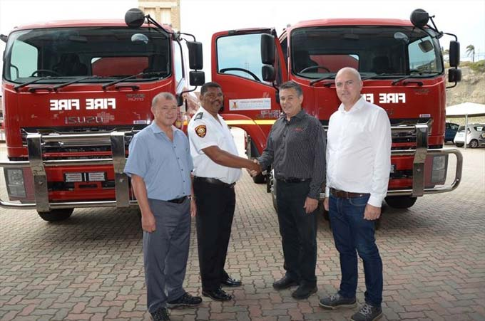 Johan Vermeulen, second right, Isuzu Executive Manufacturing and Supply Chain shakes hands with Roger Goliath, Manager, Nelson Mandela Bay Municipality (NMBM) Fire and Emergency Services. With them area Hilton Hing, NMBM Deputy Director Fleet Management and Mike Pienaar, Kanu Chief Operations Officer.