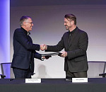 Mike Manley, Chief Executive Officer of FCA and Carlos Tavares, Chairman of the Managing Board of Groupe PSA, signing a binding Combination Agreement